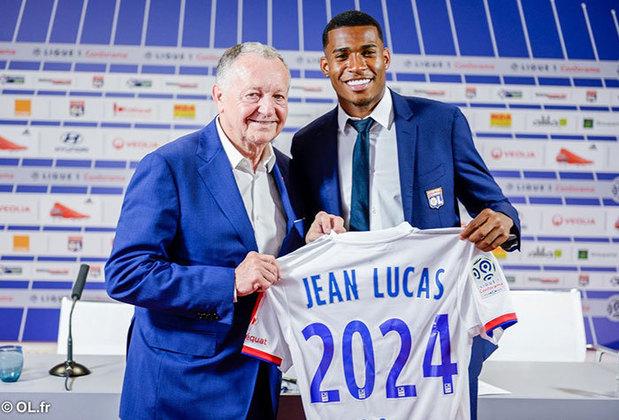O volante Jean Lucas integra o atual elenco do Lyon. Mas não está entre os destaques do grupo. Tanto que já existiram rumores sobre uma possível volta ao Brasil. Ele tem 22 anos e foi revelado no Flamengo, tendo passagem pelo Santos.