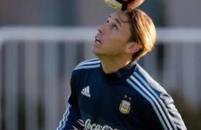 O volante Lucas Biglia disputou as Copas de 2014 e 2018 pela seleção argentina. Está sem clube desde sua saída do Milan. De acordo com o Transfermarkt, ele vale 2,8 milhões de euros (cerca de R$ 16 milhões).