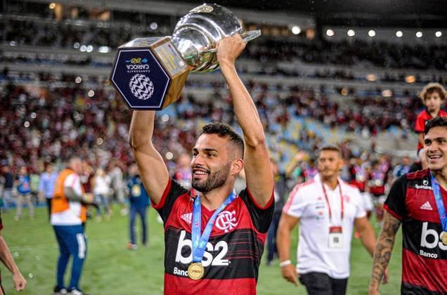 O volante Thiago Maia vinha se firmando como jogador importante no Flamengo até sofrer grave lesão e operar o joelho esquerdo. A direção da Gávea conseguiu prorrogar o empréstimo até dezembro de 2021 junto ao Lille, da França.