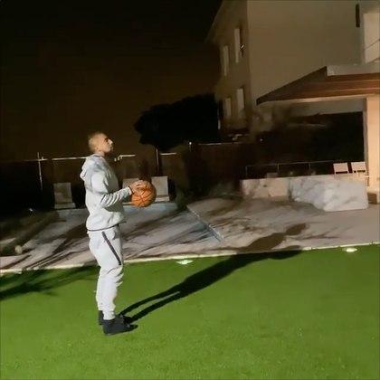 O volante Vidal, do Barcelona (ESP), preferiu passar o tempo praticando outro esporte: o basquete. E tem a mão calibrada, viu...