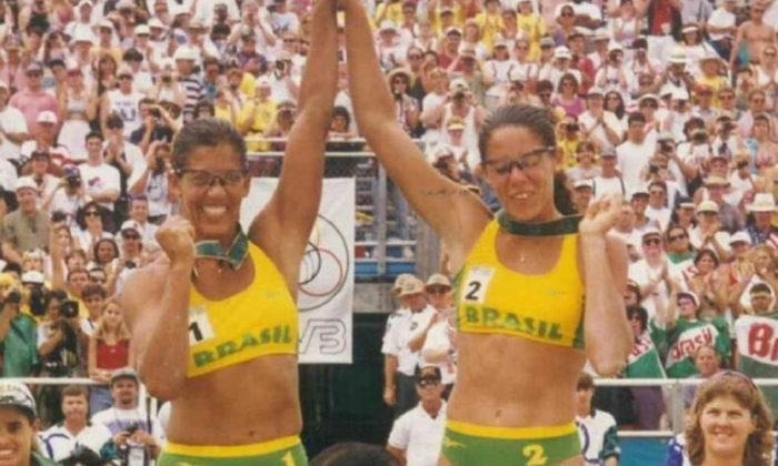 O vôlei de praia brasileiro conquistou sua primeira medalha de ouro olímpica nos Jogos de 1996. Esse capítulo de glória em Atlanta (EUA) foi escrito pela dupla Jacqueline e Sandra.