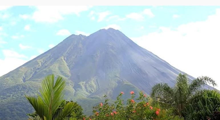O vulcão Arenal era considerado extinto até o ano de 1968, quando entrou em erupção depois de 400 anos inativo. Ele está localizado na Costa Rica, na província de Alajuela.