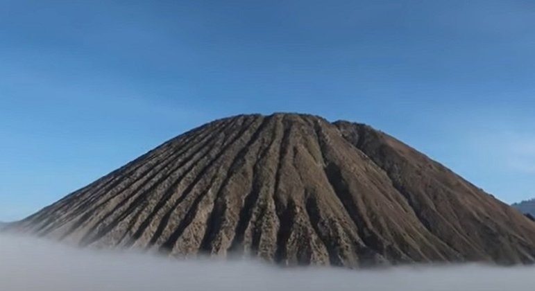 O vulcão Bromo fica no meio da planície Mar de Areia e está em um arquipélago com 130 vulcões ativos que se localiza no chamado
