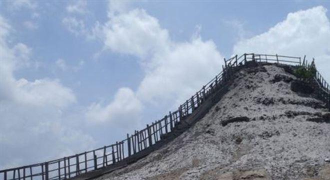 O vulcão El Tutomo está a cerca de 1 hora de Cartagena de Índias, na Colômbia e dá pra fazer o passeio num bate e volta tranquilamente.