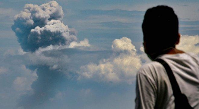 O vulcão Krakatoa, na Indonésia, expeliu cinzas novamente em 11 de abril de 2020