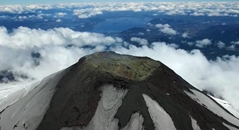 O vulcão Villarrica está situado na cordilheira dos Andes e é um dos poucos no mundo com um lago de lava ativo em seu interior. Uma curiosidade é que ele permanece coberto pela neve durante o ano todo.