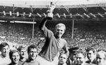 O West Ham United aposentou a camisa 6 em homenagem a Bobby Moore, zagueiro e capitão da seleção inglesa que conquistou a Copa do Mundo de 1966.