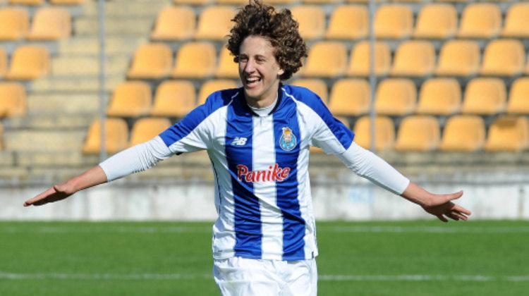 O Wolverhampton pagou 40 milhões de euros (mais de R$ 250 milhões) para tirar o meia-atacante Fábio Silva, de 18 anos, do Porto.