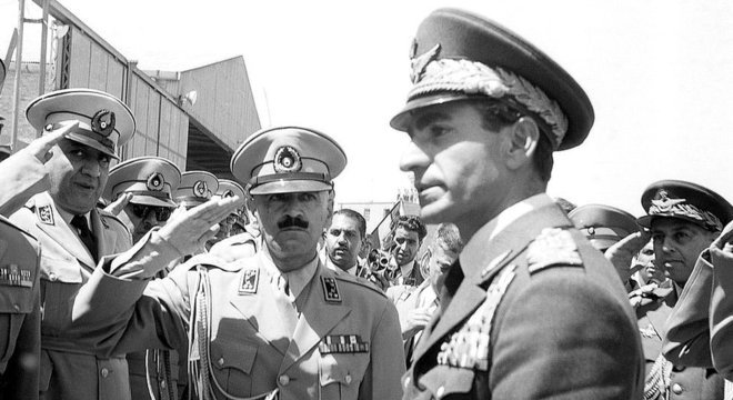 O golpe de Estado orquestrado pelos governos britânico e americano trouxe a monarquia de volta ao poder no Irã, com a ascensão do xá Mohamed Reza Pahlevi