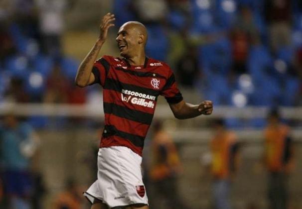 O zagueiro Alex Silva, duas vezes campeão brasileiro pelo São Paulo, teve uma passagem sem destaque pelo Flamengo. Defendeu o clube em 25 partidas e foi emprestado ao Cruzeiro.
