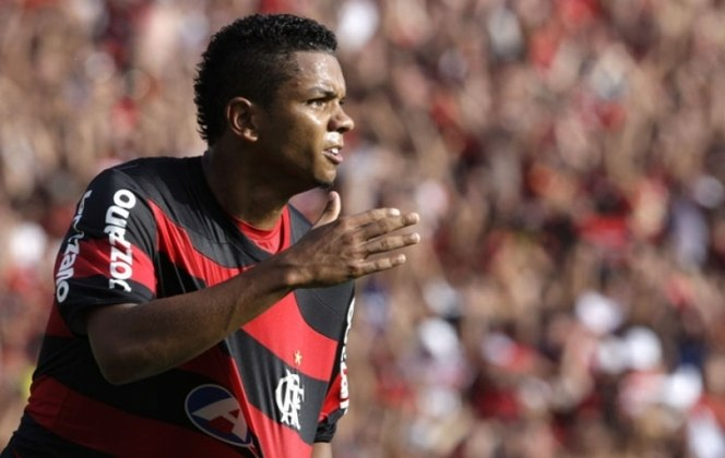 O zagueiro David Braz ganhou o Paulistão de 2008 com a camisa do Palmeiras e o Brasileiro de 2009 com o Flamengo.