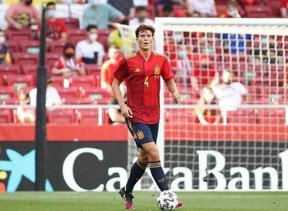 O zagueiro espanhol Pau Torres foi uma das peças que mais se destacaram na temporada de La Liga. Jogador do Villarreal, o atleta foi fundamental para a conquista da Liga Europa pelo seu clube, e é um dos responsáveis por 'roubar' uma vaga que antes pertencia a Sergio Ramos, estrela do Real Madrid