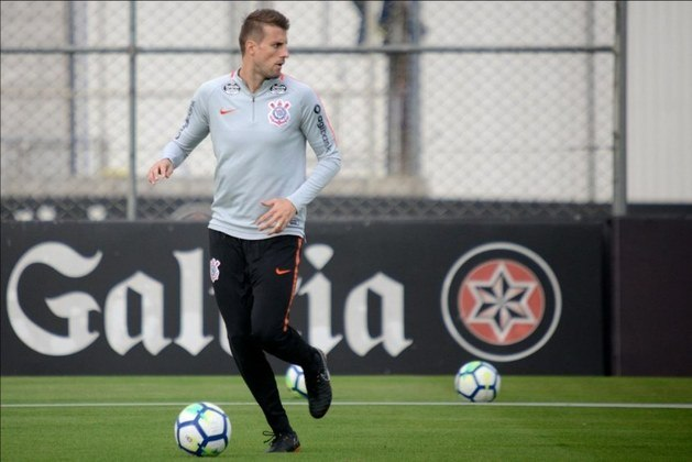 O zagueiro Henrique, encerrou seu contrato com o Al-Ittihad, e está sem clube. Foi convocado para disputar a Copa de 2014. Seu valor de mercado é de 1,6 milhões de euros (cerca de R$ 9,7 milhões), informa o Transfermarkt.