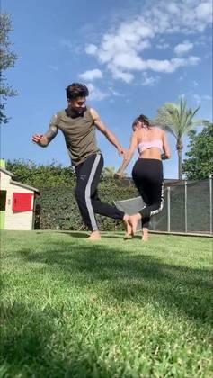 O zagueiro Marc Bartra, do Real Betis (ESP), fez um vídeo dançando ao lado da esposa