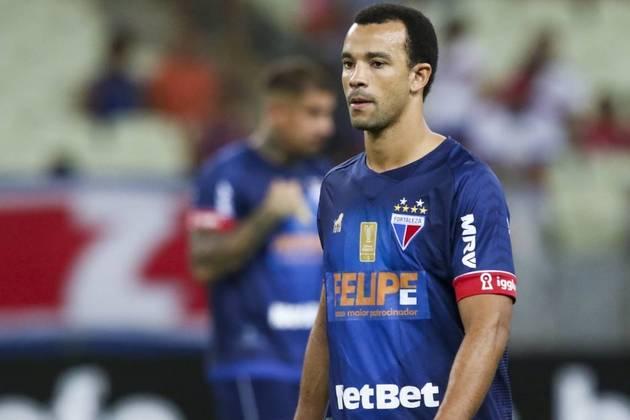 O zagueiro Roger Carvalho não teve o contrato renovado com o Fortaleza após o fim de fevereiro e deixou o clube