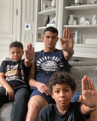 O zagueiro Thiago Silva, do Paris Saint-Germain (FRA), tem aproveitado o tempo livre ao lado dos filhos e da esposa, além de se dedicar com recados para a população