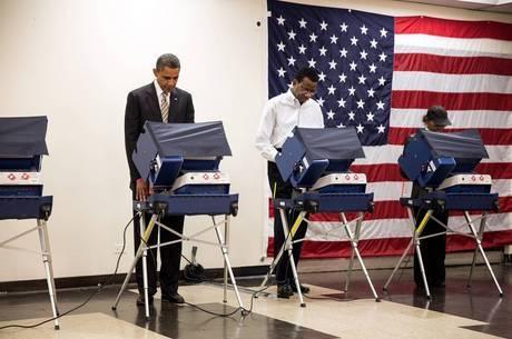 Presidente Obama utilizando uma urna eletrônica