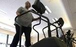 mulher com sobrepeso faz exercício