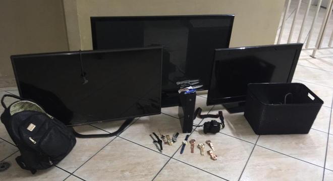 Suspeitos não encontraram dinheiro na casa e levaram objetos de valor