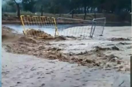 Vídeo mostra enxurrada levando parte da obra e do asfalto