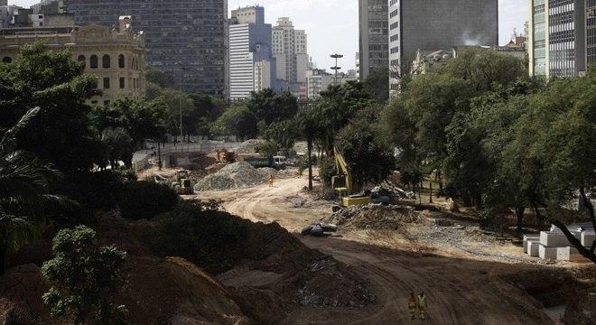 Funcionários trabalham em obra no Vale do Anhangabaú, região central de São Paulo