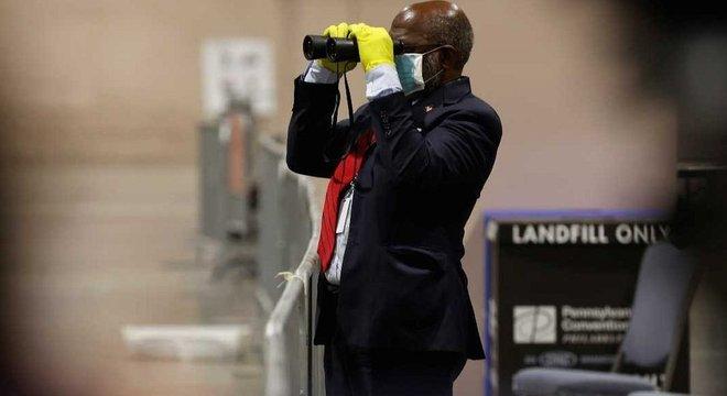 Um observador de eleição acompanhando a contagem na Filadélfia