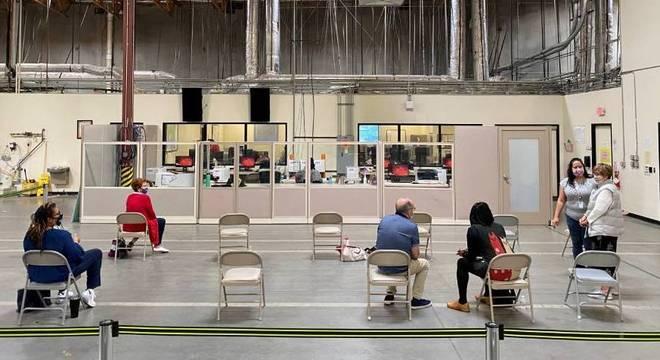 Observadores da contagem de votos no condado de Clark, em Nevada