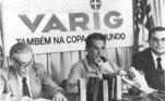 Nabi (à direita) havia se candidatado à presidência da CBF com Octávio (à esquerda) sendo vice, em uma disputa com ex-diretor de futebol da entidade, Medrado Dias, ligado ao Vasco e candidato da situação. Ambos, para evitar uma crise na seleção, chamaram o experiente técnico Telê Santana (no centro), em substituição a Evaristo de Macedo, que não pôde contar com os melhores jogadores, como Sócrates, Zico e Falcão, em sua passagemLeia mais:Livre dos gritos de Caboclo, time pode aceitar disputar Copa América