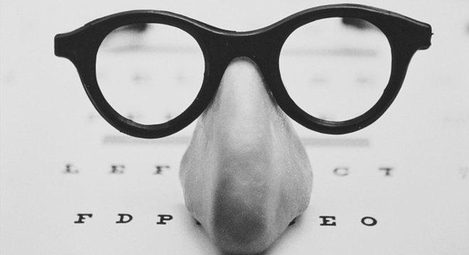 Quem tem miopia enxerga bem de perto, mas com dificuldade à distância