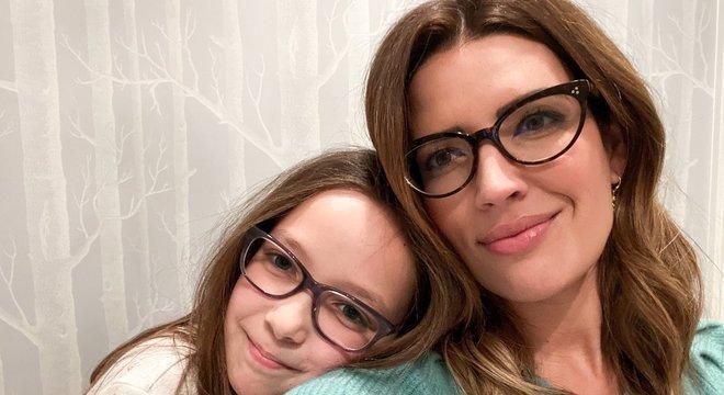 Mãe usa óculos para incentivar filha a perder o medo de se sentir diferente