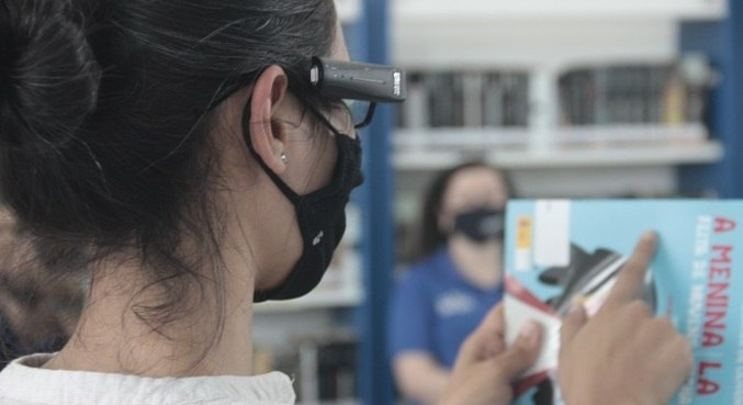 Óculos faz leitura de texto em diversas línguas além de identificar cores, e rostos