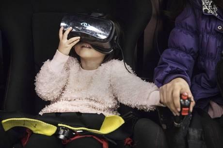 Óculos de realidade virtual distraem crianças
