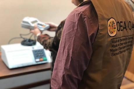 Técnico da OEA já analisa a urna eletrônica