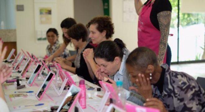 Oficina de automaquiagem. Foto: Divulgação