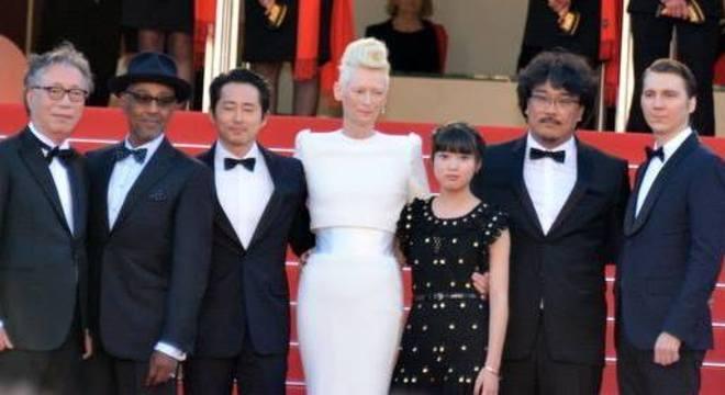 O elenco do filme Okja com o diretor Bong Joon-ho no tapete vermelho em Cannes