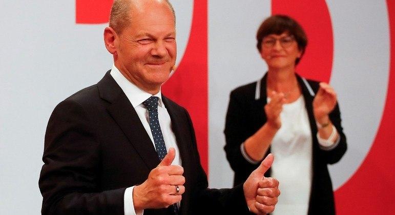 Sociais-democratas alemães venceram por pequena margem as eleições de domingo (25)