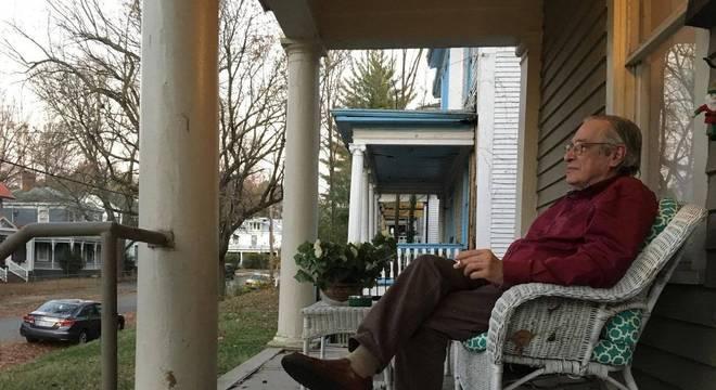 Olavo na casa de um de seus filhos, em Virgínia (EUA); escritor diz já ter lecionado a mais de 12 mil alunos em curso online de filosofia