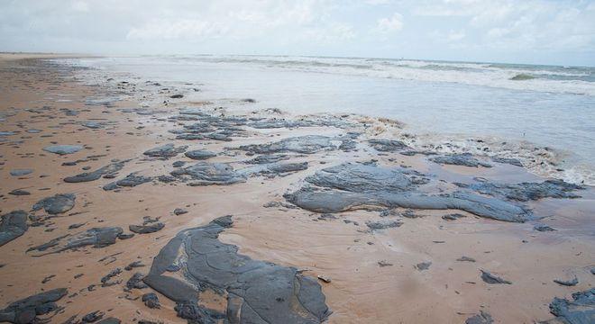Óleo em praia no Sergipe