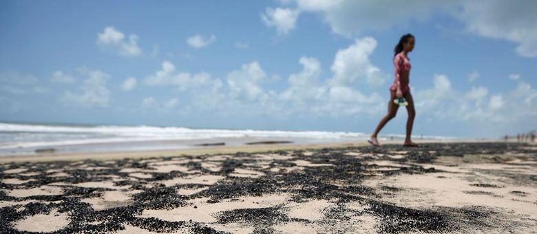 Óleo tem atingido as praias do Nordeste desde 2 de setembro