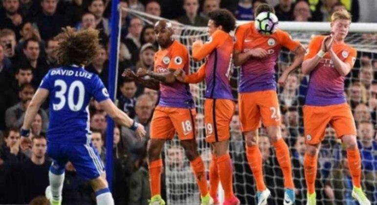 Olha o David Luiz tentando marcar de falta para o Chelsea contra o Manchester City