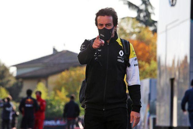 Olhe ele aí! Fernando Alonso compareceu ao paddock de Ímola para acompanhar a corrida com a Renault