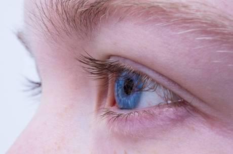 A lágrima apresenta uma carga viral baixa, mas suficiente para transmissão