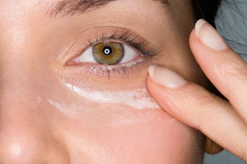 A pele ao redor dos olhos é mais fina e exige cuidados específicos