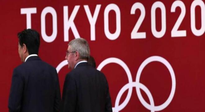 Primeiro-ministro do Japão e o presidente do COI. Derrotados pela realidade