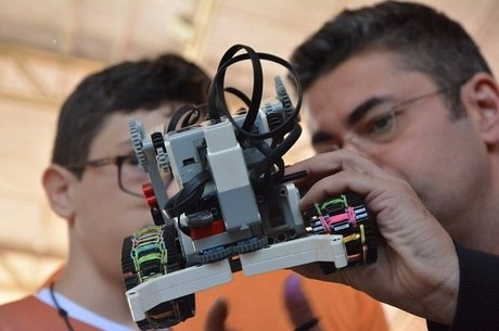 Equipes devem montar um robô autônomo