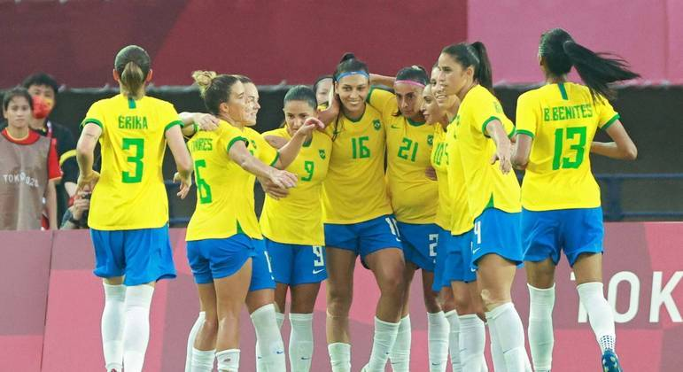 Jogadoras do Brasil comemoram vitória sobre a China no futebol feminino