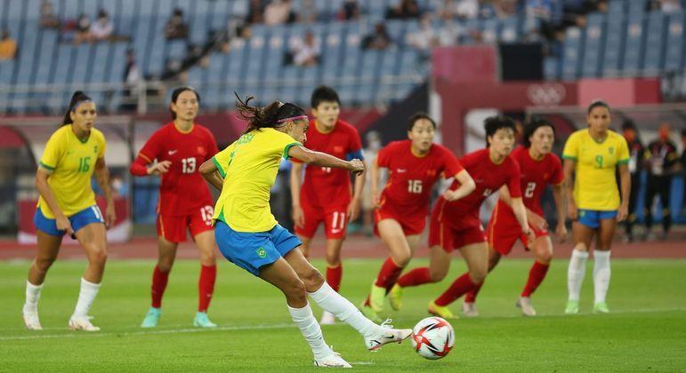Andressa Alves cobra pênalti e marca o quarto gol do Brasil contra a China