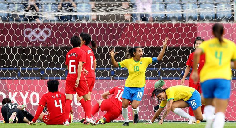 Marta comemora o gol do Brasil contra a China