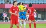 Debinha comemora com Duda o segundo gol do Brasil contra a China