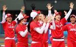 Jogadoras do Japão comemoram home run em partida contra o México no torneio de softbol
